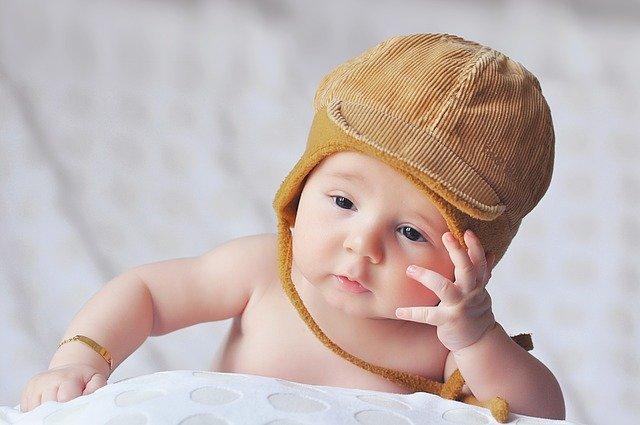 赤ちゃんも一緒におめかし!サスペンダープリントのロンパース
